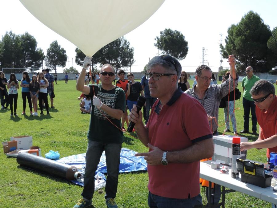 José Luis Ricote explicando a los chicos el funcionamiento del globo antes del lanzamiento.