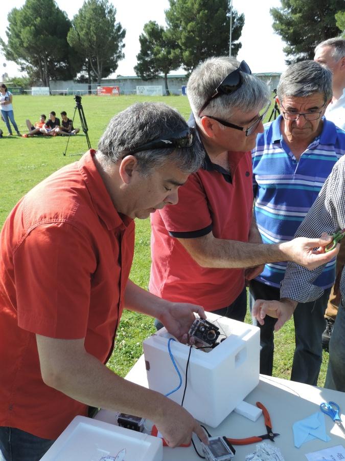 Jacinto, José Luis y Jesús, de la Asociación Astronómica, preparando la caja que contiene la instrumentación.