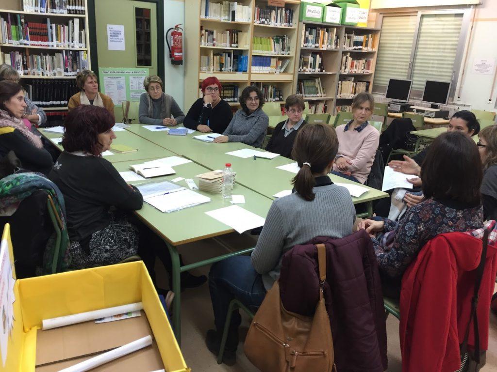 El grupo debatiendo sobre el libro